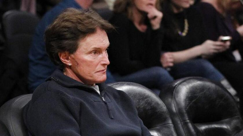 Los defensores de las personas transgénero dicen que la especulación sobre Bruce Jenner, visto aquí asistiendo a un partido de los Lakers en el 2012, es una distracción dañina.