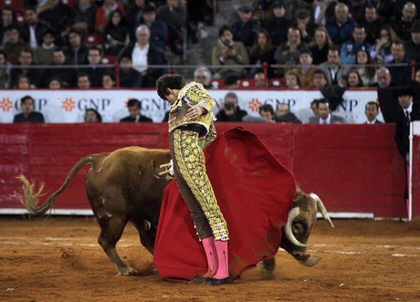 """El torero peruano Andrés Roca Rey lidia su tercer toro de la tarde """"Alquimista"""" de 519 Kg, durante la onceava corrida de la Temporada Grande 2017-2018, en la Plaza de Toros de Ciudad de México (México). EFE"""