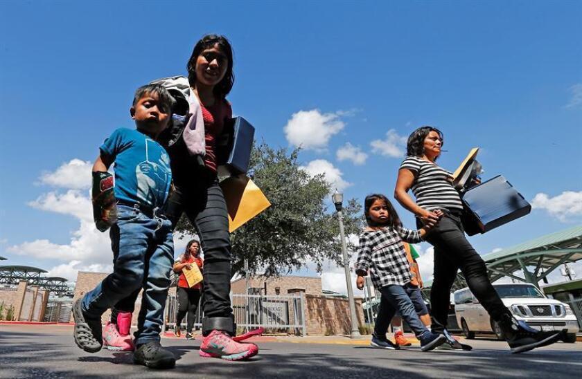 La Asociación de Abogados de Inmigración (AILA) y otros grupos acusaron hoy al Gobierno del presidente Donald Trump de usar presuntas estrategias coercitivas contra los padres de familias separadas en la frontera con México en los últimos meses para que rechazaran solicitar su derecho a asilo. EFE/Archivo
