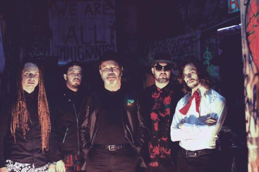 El legendario Rubén Blades al lado de la banda neoyorquina Making Movies, quien lo invitó para la grabación de este tema.