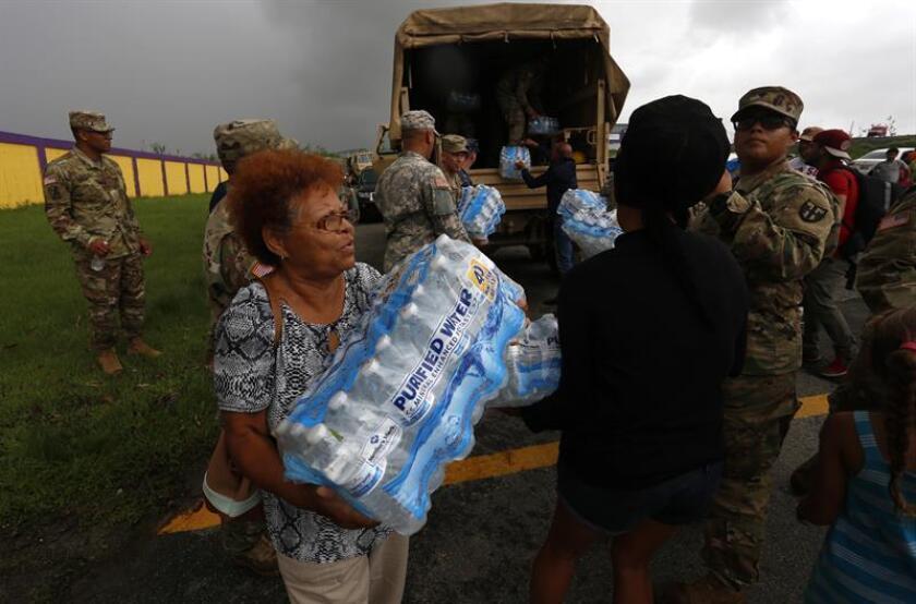 Fotografía de archivo de miembros del ejército entregando suministros a damnificados por el paso del huracán María. EFE/Puerto Rico