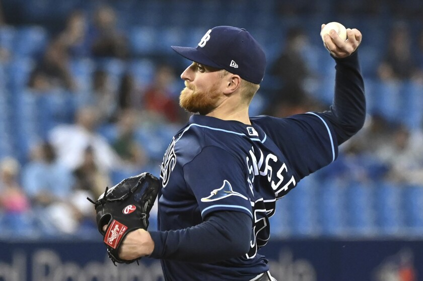 Drew Rasmussen, abridor de los Rays de Tampa Bay, lanza en el juego del martes 14 de septiembre de 2021, ante los Azulejos de Toronto (Jon Blacker/The Canadian Press via AP)