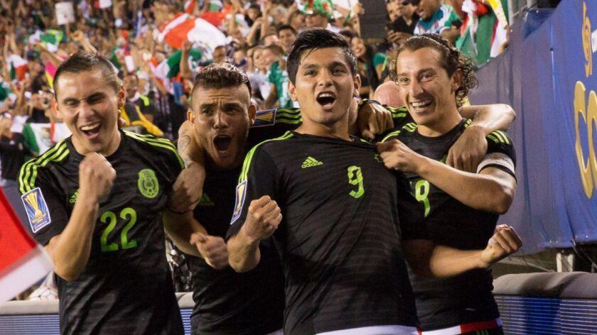 Paul Aguilar (i), Jonathan Dos Santos, Jesús Corona y Andrés Guardado, de la selección mexicana de futbol.