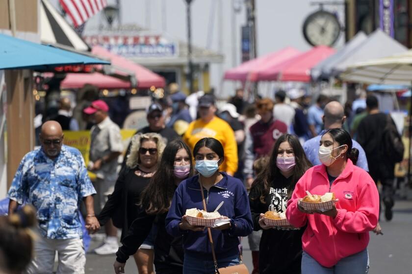 Gente caminando por el Fisherman's Wharf de Monterey, California, el 14 de septiembre del 2021.