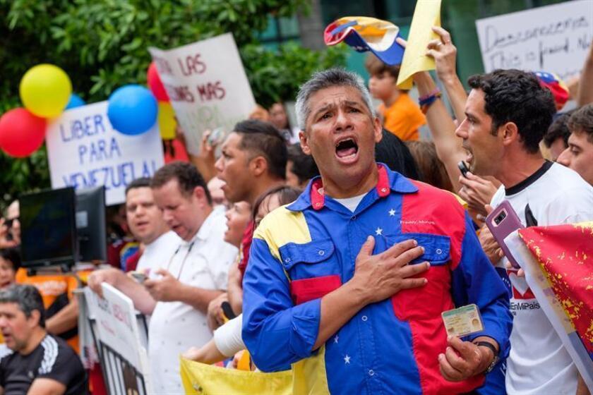 El venezolano Freddy Moros, uno de los organizadores, grita consignas durante su participación en la manifestación en contra de las deportaciones. EFE/Archivo