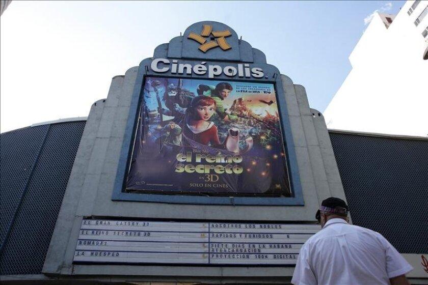 Fotografía del 31 de mayo de 2013 de un hombre observando las carteleras cinematográficas en Ciudad de México. EFE