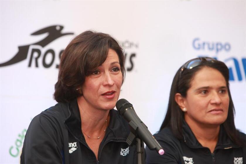 La nadadora mexicana Mariel Hawley (i) junto a su compatriota Nora Toledano (d). EFE/Archivo