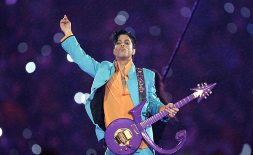 ARCHIVO - Prince durante su presentación en el medio tiempo del Super Bowl XLI en el Dolphin Stadium en Miami en una fotografía de archivo del 4 de febrero de 2007. (Foto AP/Chris O'Meara, archivo)