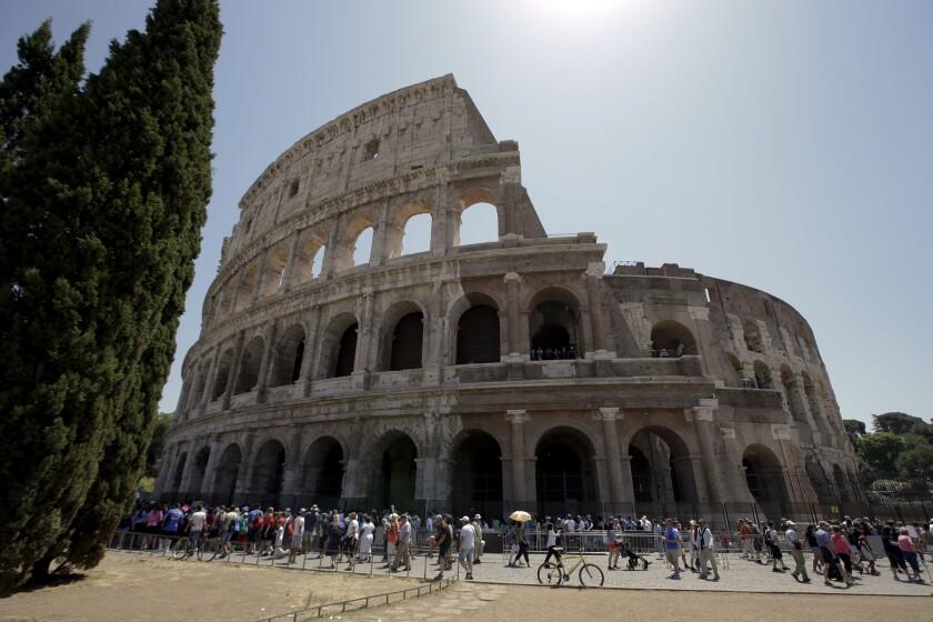 El Coliseo tras el primer paso de su restauración, el viernes 1 de julio del 2016 en Roma. (AP Foto/Andrew Medichini)