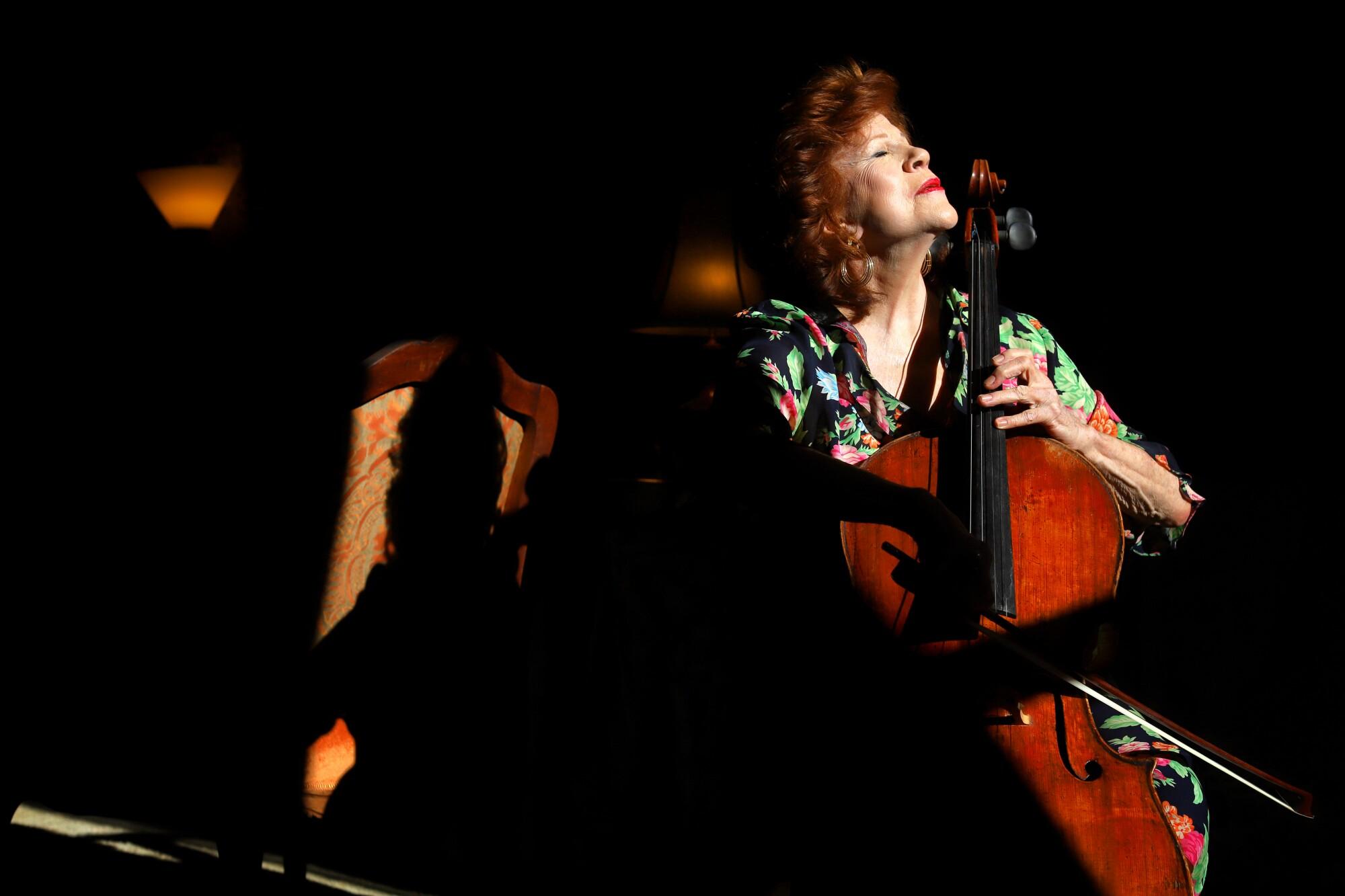 Christine Walevska, una maestra violonchelista, ha tocado en todo el mundo durante su larga carrera.