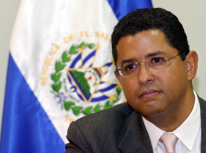 ARCHIVO - En esta imagen del 13 de enero de 2005, el ex presidente de El Salvador Francisco Flores. (AP Foto/Luis Romero, Archivo)