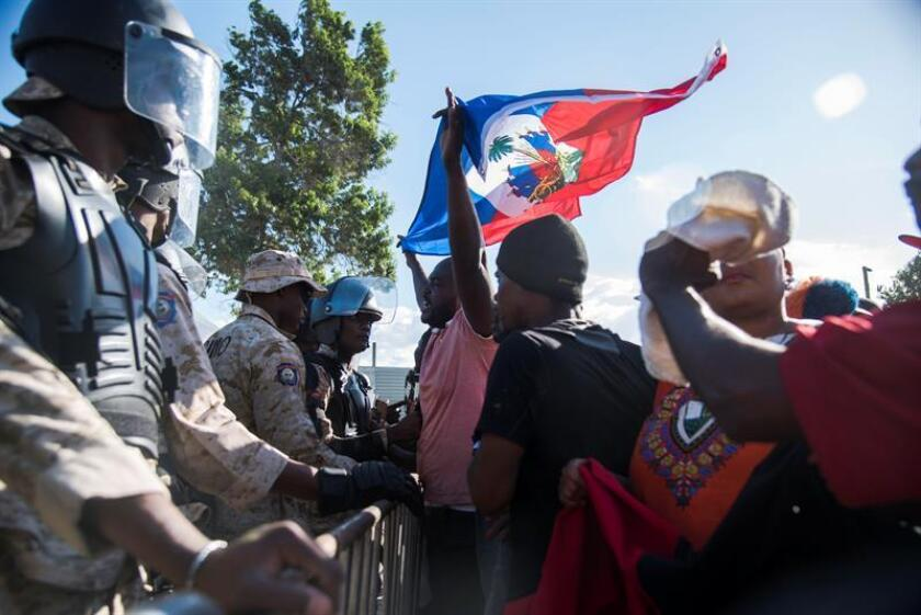 Miles de haitianos marchan hoy, lunes 22 de enero de 2018, hasta la embajada estadounidense en Puerto Príncipe (Haití), en rechazo a los supuestos comentarios denigrantes sobre varios países, entre ellos Haití, emitidos la semana pasada por el presidente de Estados Unidos, Donald Trump. EFE