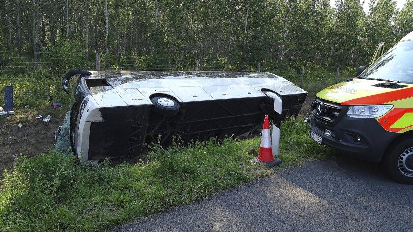 La escena al caer un autobús en la carretera cerca de Kiskunfelegyhaza en Hungría el 9 de agosto del 2020. (Ferenc Donka/MTI via AP)
