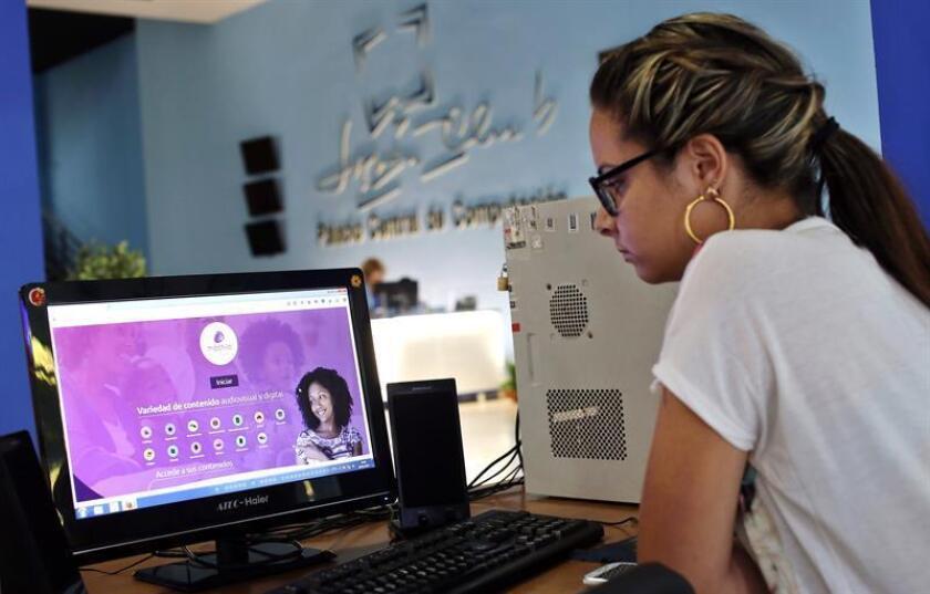 """Una comisión gubernamental de EEUU estudiará durante un año cómo extender el acceso a internet en Cuba para que los ciudadanos de la isla puedan tener """"un flujo de información libre y no regulado"""", pese al rechazo público de La Habana a esta iniciativa. EFE/Archivo"""