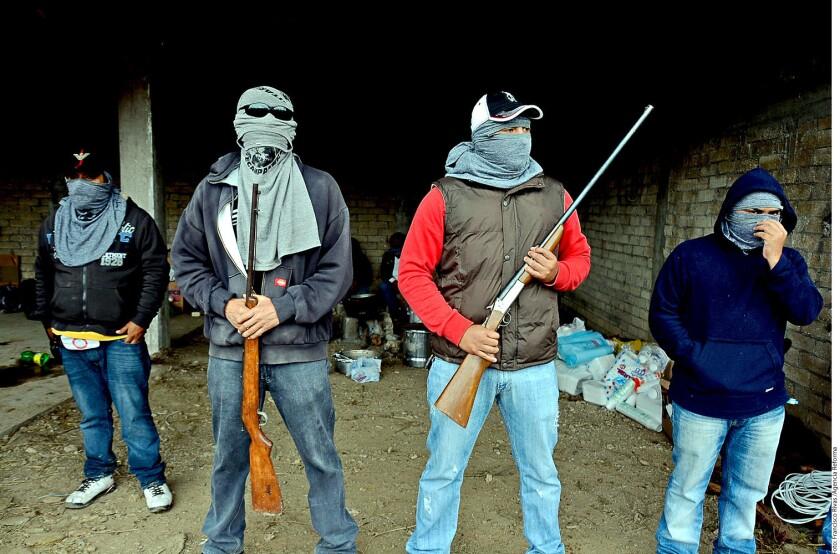 """Los encapuchados aparecieron desde el lunes, cuando marcharon, sin armas, hasta el centro de la cabecera municipal, donde se presentaron como """"Unidad Tecampanera"""", una nueva policía comunitaria de Teloloapan."""