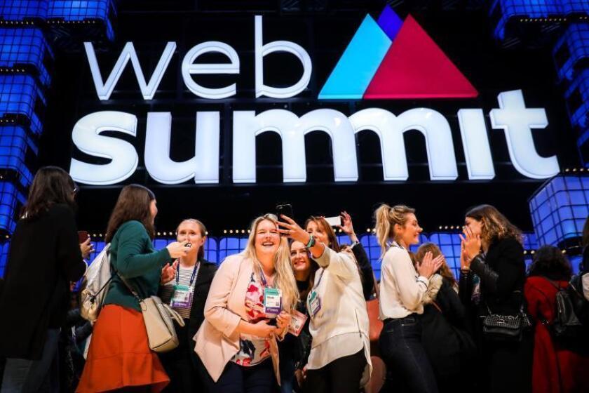 Asistentes de la Web Summit 2018 suben al escenario tras la última jornada de la Web Summit 2018, en Lisboa (Portugal), hoy, 8 de noviembre de 2018. EFE