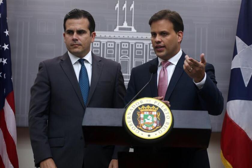 El gobernador de Puerto Rico, Ricardo Rosselló Nevares (i) y el representante ante la Junta de Supervisión Fiscal (JSF), Elías Sánchez (d), de comunicación en una rueda de prensa en La Fortaleza de San Juan. EFE/Archivo