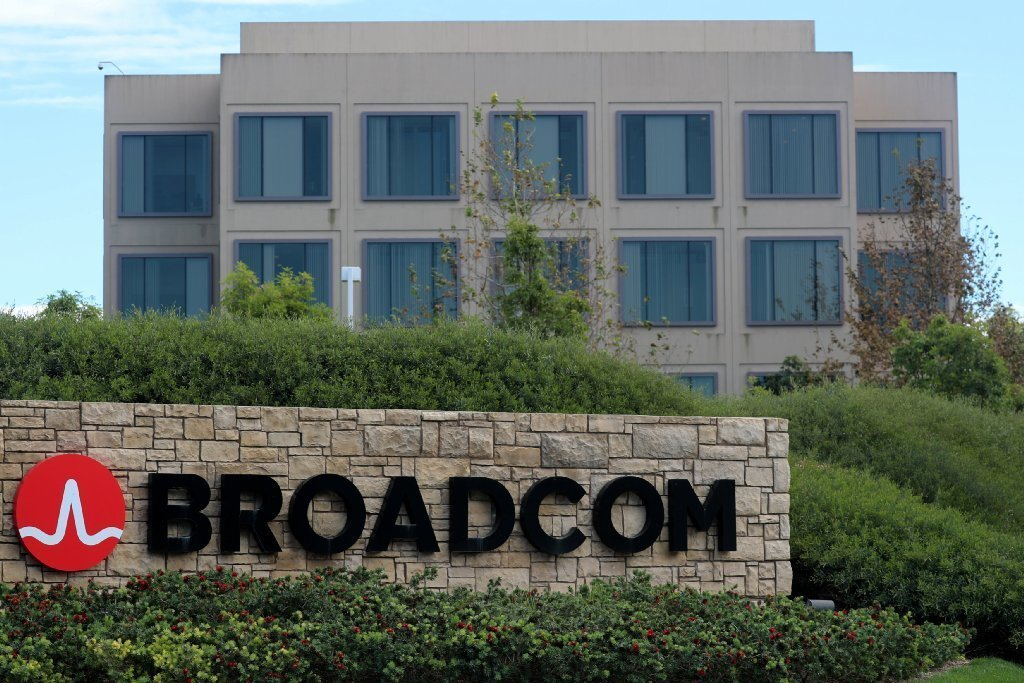 Broadcom has nominated a slate of six alternative candidates to challenge Qualcomm's existing directors in hopes of advancing its $117 billion hostile takeover bid.