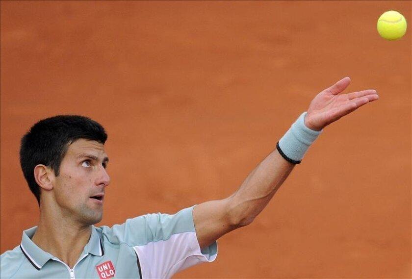 El tenista serbio Novak Djokovic realiza un saque durante el partido del torneo de primera ronda del torneo de Roland Garros que disputó contra el belga David Goffin en París, Francia. EFE