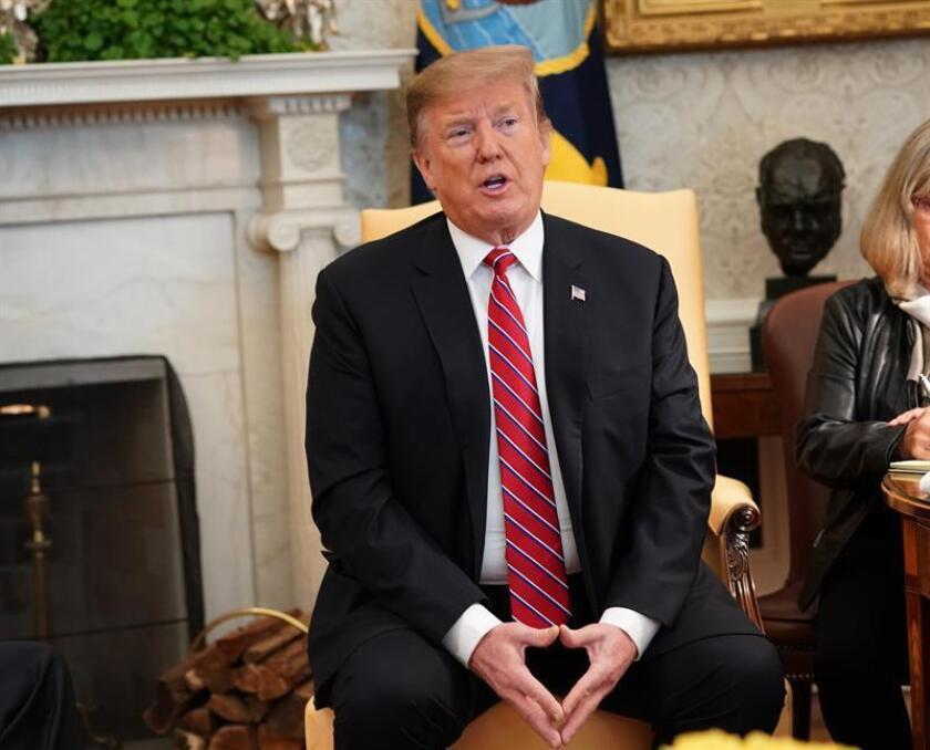 El presidente de Estados Unidos, Donald Trump, conversa con su homólogo brasileño, Jair Bolsonaro (no aparece), durante una reunión mantenida en la Casa Blanca, donde ambos mandatarios hablan sobre comercio, inversiones y la situación en Venezuela, este martes en Washington (Estados Unidos). EFE/POOL
