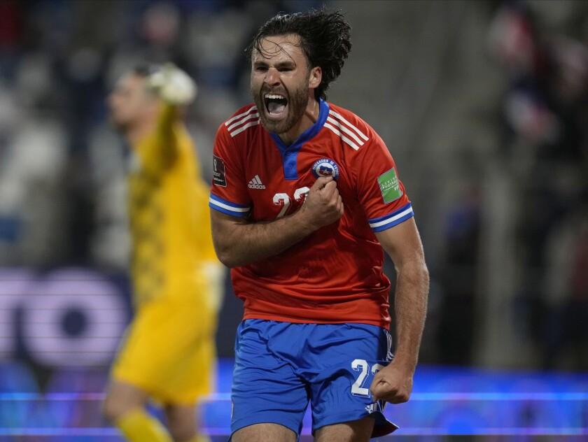 El delantero chileno Ben Brereton celebra tras anotar el primer gol en la victoria 2-0 ante Paraguay en las eliminatorias del Mundial, el domingo 10 de octubre de 2021, en Santiago. (AP Foto/Esteban Félix)