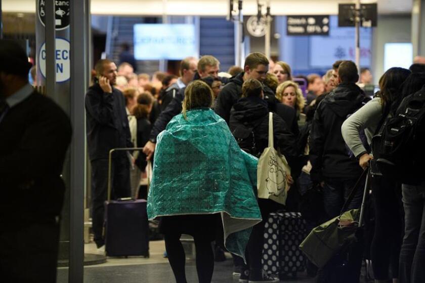 """""""Unas 500 personas, entre pasajeros y empleados, han sido evacuadas"""", corroboró un portavoz de ese servicio."""