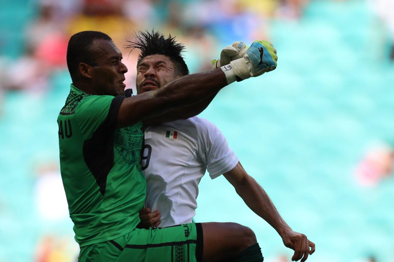 Oribe Peralta (d) de México choca con el guardameta Jale Dreloa (i) de Fiji, durante un partido de fútbol del grupo C masculino entre México y Fiji en los Juegos Olímpicos Río 2016 celebrado en Fonte Nova Arena en Salvador (Brasil).