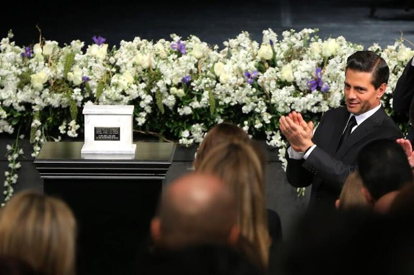 El presidente de México, Enrique Peña Nieto (d), participa en un homenaje póstumo al secretario de Cultura de México, Rafael Tovar y de Teresa, hoy, lunes 12 de diciembre de 2016, en el Centro Nacional de las Artes, en Ciudad de México (México). Tovar y de Teresa falleció el pasado 10 de diciembre a causa de un cáncer. EFE