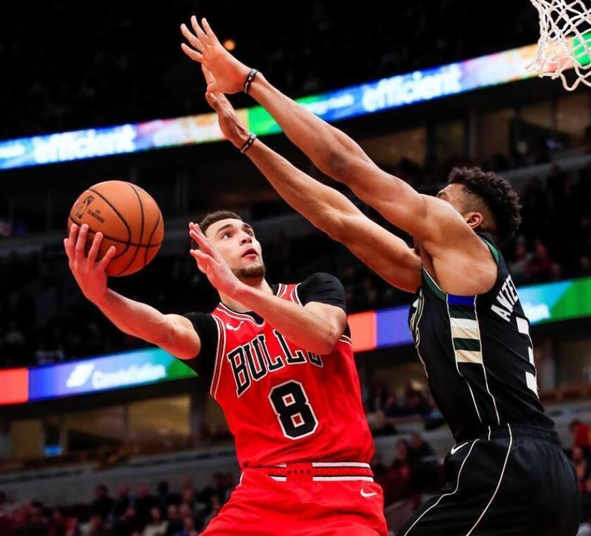 El alero griego Giannis Antetokounmpo (d) de Milwaukee Bucks en acción ante el escolta Zach LaVine (i) de Chicago Bulls este lunes durante un juego de la NBA entre Milwaukee Bucks y Chicago Bulls en el United Center de Chicago, Illinois (EE. UU.). EFE