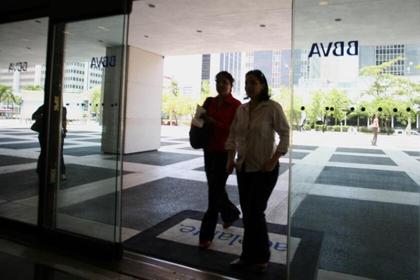 Bancos españoles como el BBVA y el Santander se apreciaron hoy en el mercado de valores de EE.UU., con subidas en torno al 2 % en reacción a la decisión tomada por el Tribunal Supremo de que sea el cliente quien pague el impuesto de Actos Jurídicos Documentados de las hipotecas. EFE/ARCHIVO