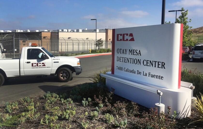 En esta imagen del 9 de junio de 2018, un vehículo llega al Centro de Detención Otay Mesa en San Diego, California. (AP Foto/Elliot Spagat, Archivo)