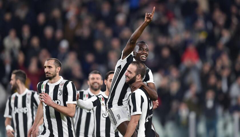 Blaise Matuidi, arriba, festeja con su compañero Gonzalo Higuaín, derecha, después de anotar el segundo gol de la Juventus en juego de la Serie A frente al Atalanta en el Estadio Allianz de Turín, Italia, el miércoles 14 de marzo de 2018.