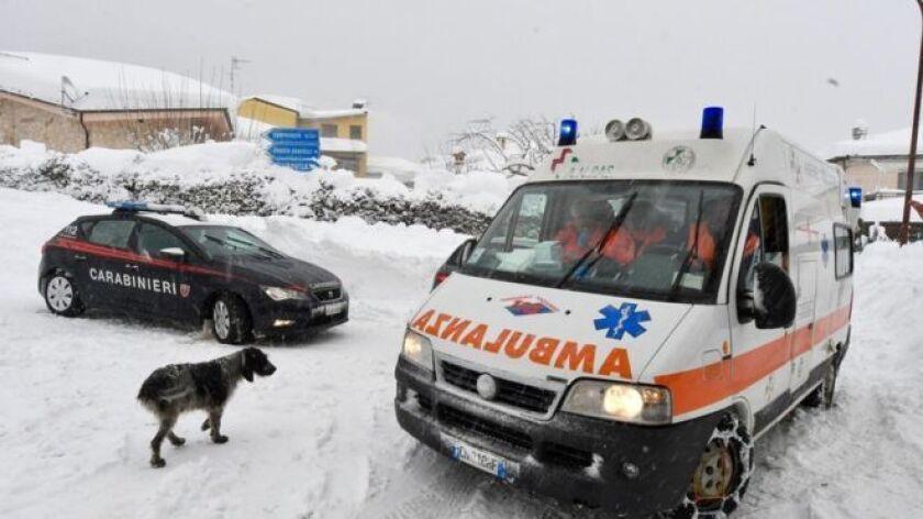 Socorristas en Italia dijeron que hasta 30 personas están desaparecidas luego de que un hotel en el centro del país fuera sepultado por una avalancha que, según creen, fue provocada por una serie de sismos.