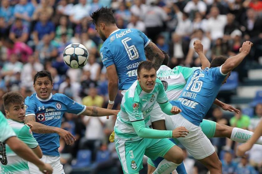 El defensor Kristian Álvarez se convirtió hoy en el tercer refuerzo de los Tiburones de Veracruz del fútbol mexicano que buscará ser protagonista en el torneo Clausura 2017 que comenzará en enero próximo. EFE/ARCHIVO