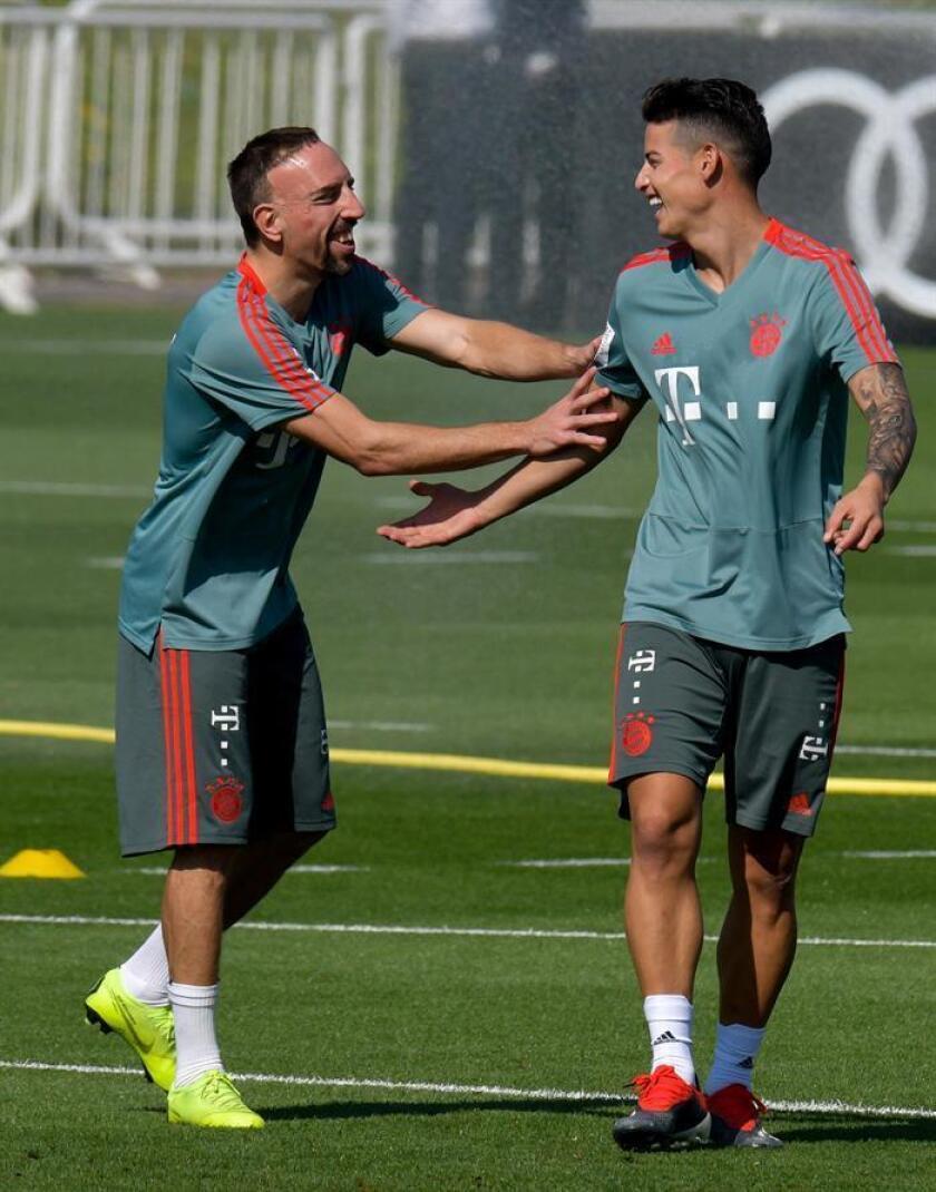 Los jugadores del Bayern Múnich Franck Ribery (i) y James Rodriguez durante el entrenamiento de su equipo en Doha, Catar. EFE/EPA