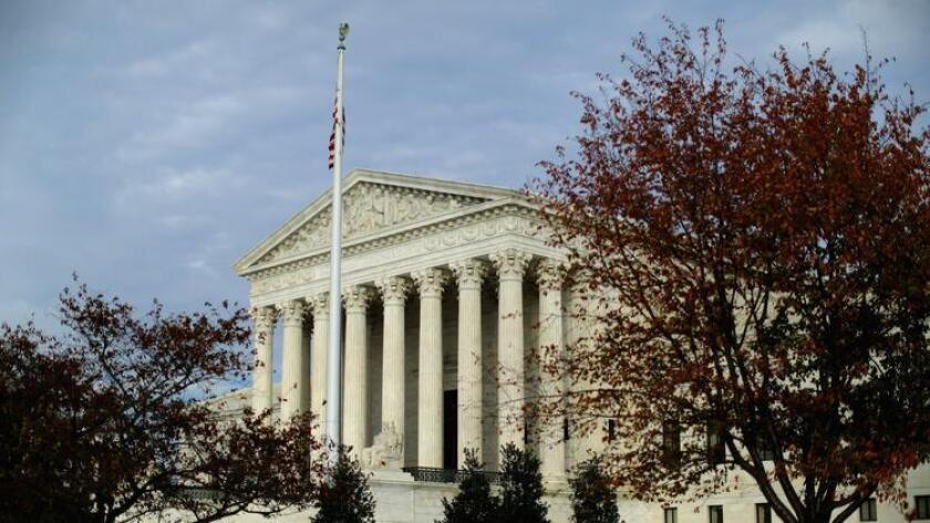 La Suprema Corte de los Estados Unidos en Washington vista el 6 de noviembre, enmarcada por el follaje de otoño.