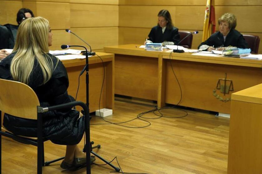 La ciudadana estadounidense Áurea Vázquez Rijos (i), acusada de encargar en 2005 a un sicario que asesinara a su marido, el empresario canadiense Anhang Uster, durante la vista celebrada hoy en la Audiencia Nacional, en la que se ha opuesto a su extradición a EEUU, alegando que es inocente. EFE/Archivo