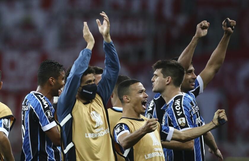 Los jugadores de Gremio festejan luego de imponerse a Internacional, en un encuentro de la Copa Libertadores, disputado en Porto Alegre, Brasil, el miércoles 23 de septiembre de 2020 (Diego Vara/Pool via AP)