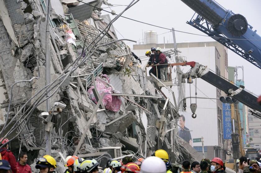 En esta foto distribuida por la agencia Xinhua, socorristas buscan sobrevivientes entre los escombros en Tainan, Taiwan. Un poderoso terremoto remeció Tairán antes del amanecer. (Zhang Guojun/Xinhua via AP) NO SALES