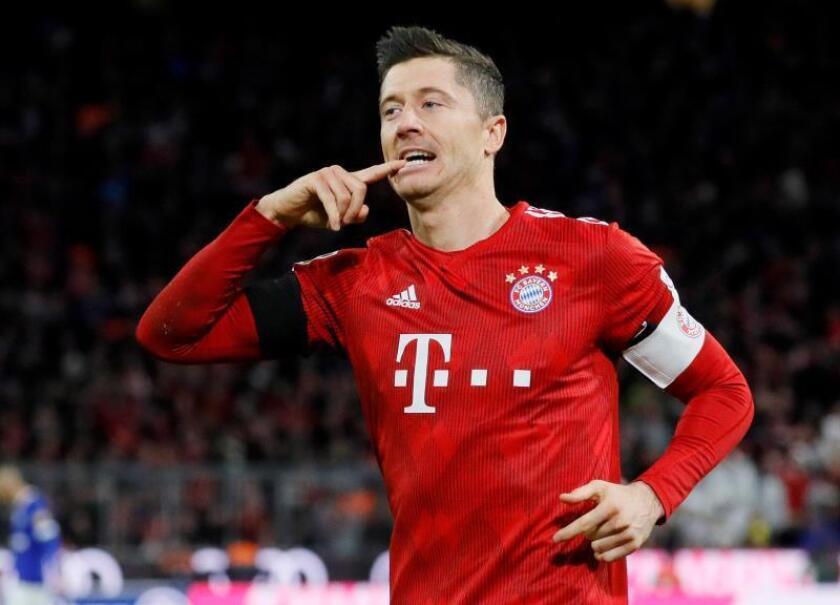 El jugador del Bayern Robert Lewandowski celebra su gol ante el FC Schalke 04 en Múnich,Alemania. EFE/EPA