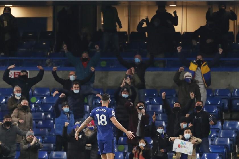 El francés Olivier Giroud, del Chelsea, festeja tras anotar el primer tanto