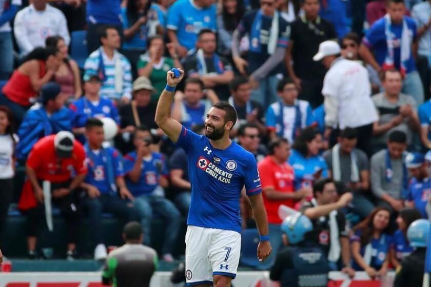 En la imagen un registro de Martín Cauteruccio, delantero uruguayo del Cruz Azul mexicano, quien se apuntó un doblete en el triunfo de su equipo 2-3 sobre el Zacatepec, durante un partido de la segunda jornada de la Copa Mx. EFE/Archivo