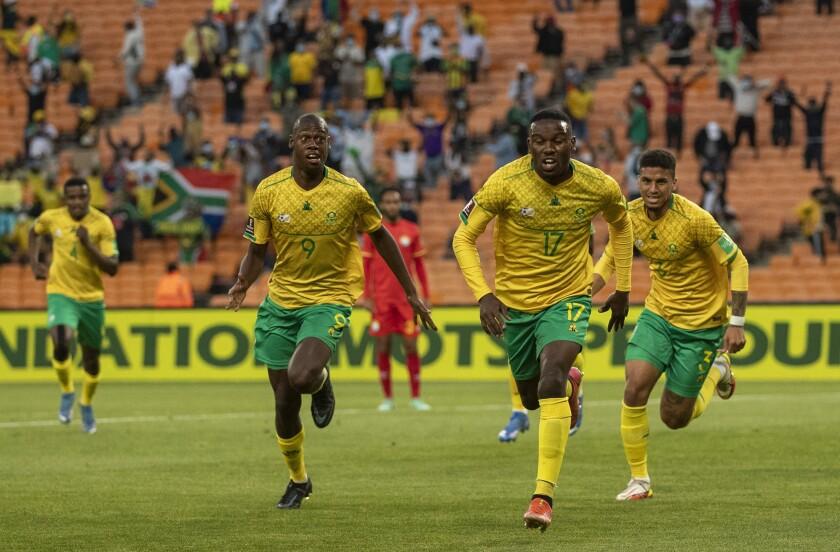 Victor Letsoalo, segundo a la derecha, celebra después de anotar gol durante juego de eliminatoria