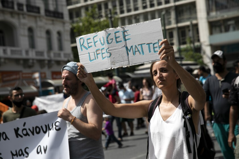 Manifestantes participan en una marcha a favor de los migrantes que viven en Grecia, el sábado 20 de junio de 2020 en Atenas. (AP Foto/Yorgos Karahalis)