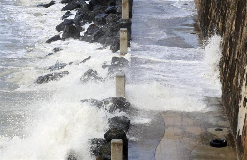 Fuertes olas azotan la costa del Paseo de la Princesa en la bahía de San Juan, Puerto Rico. EFE/Archivo