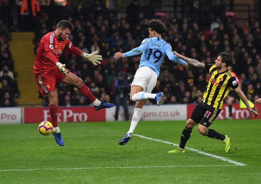 Leroy Sane (c) del Manchester City anota un gol ante el Watford FC durante un partido de fútbol de la Premier League, entre el Manchester Cuty y el Watford FC, en el estadio Vicarage Road de Londres (R.Unido). EFE