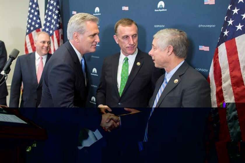 La Cámara de Representantes aprobó hoy un proyecto de ley para proveer de fondos al Gobierno de forma temporal hasta abril, aunque no está claro que pase el escollo del Senado antes del sábado, cuando vencerá la financiación actual. En la imagen, el nuevo líder de la Cámara de Representantes de los Estados Unidos, Kevin McCarthy (i), estrecha la mano del senador republicano para Michigan, Fred Upton (d). EFE/ARCHIVO