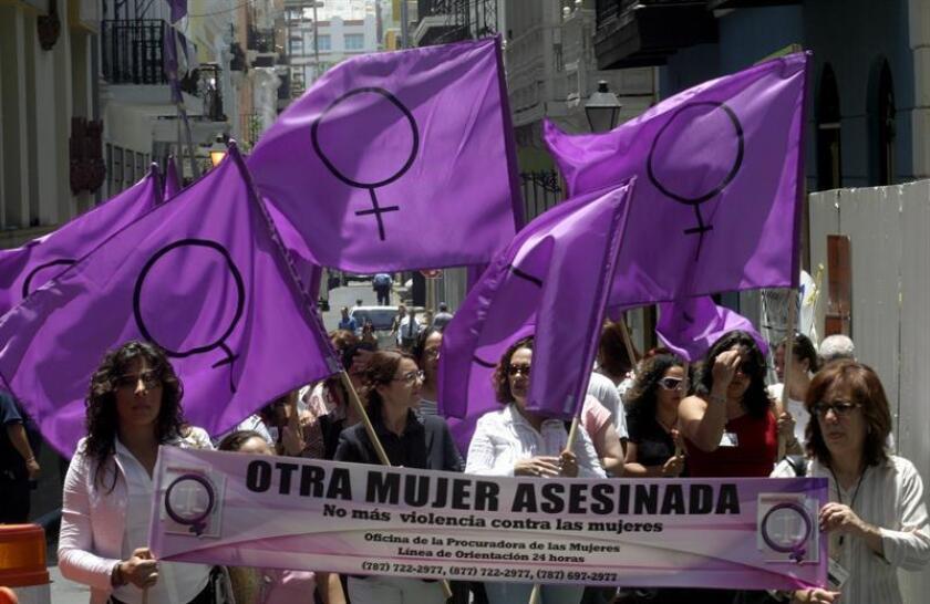Los empleados de la Oficina de la Procuradora de las Mujeres (OPM) en Puerto Rico marchan por las calles del Viejo San Juan para protestar por la undécima mujer asesinada este año a manos de su pareja o ex compañero. EFE/Archivo