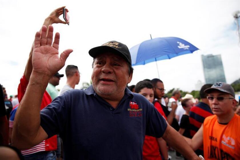 """El panameño Roberto """"Manos de Piedra"""" Durán, excampéon mundial de boxeo, fue registrado este miércoles, durante una protestan contra la corrupción, en el paseo marítimo de la capital panameña. EFE"""