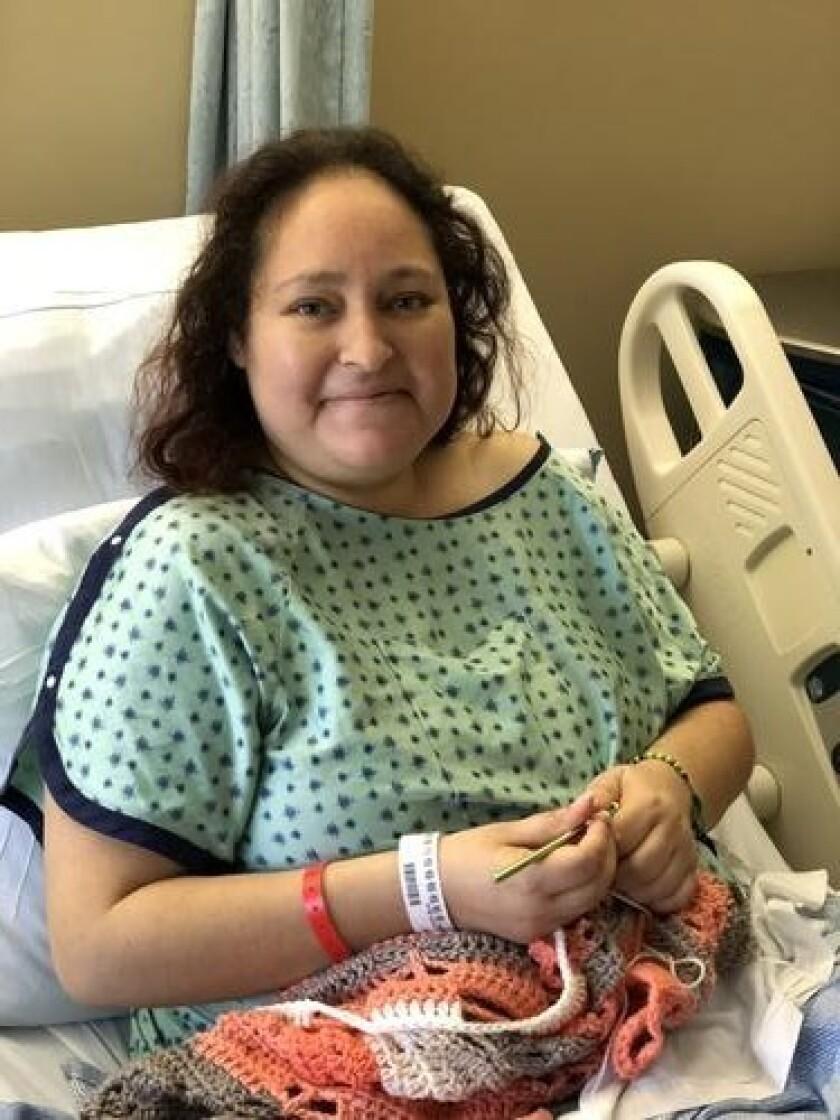 Mayra Castro teje para pagar algunos de sus gasto del hospital.